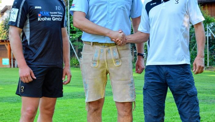 Abteilungsleiter Christian Weiß (rechts) und Steve Schmutzler (links), bedanken sich bei Klaus Kroiher.