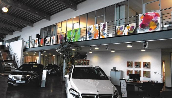 Blick in die Ausstellung bei Mercedes Benz in Raubling.