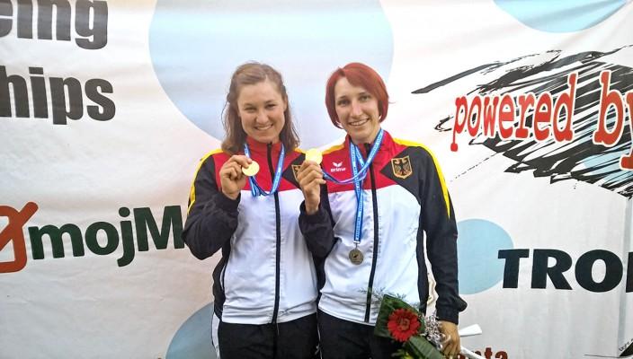 Stolz präsentieren Maria Hollerieth (links) und Manuela Stöberl ihre Medaillen.