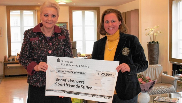 Alexandra Birklein (rechts) vom Ballhaus Rosenheim überreichte den Scheck an Rosenheims Oberbürgermeisterin Gabriele Bauer. Foto: re