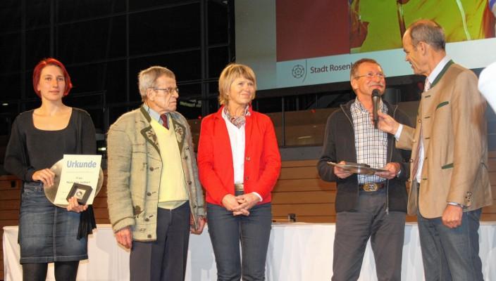 Manuela Stöberl, Richard Horner, die Eltern von Sepp Rottmoser und Moderator Axel Müller bei der Ehrung.