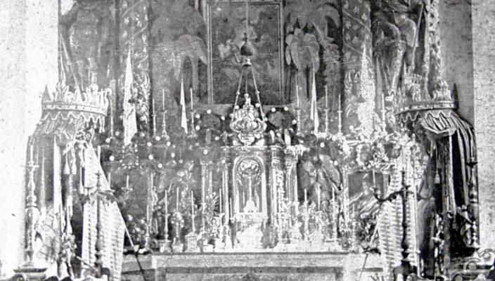 Der 1879 abgebaute barocke Hochaltar in St. Jakob, fotografiert um 1875, Stadtarchiv Wasserburg a. Inn.