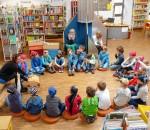 Als Piraten verkleidet gehen Kinder auf Entdeckungsreise durch die Bibliothek.