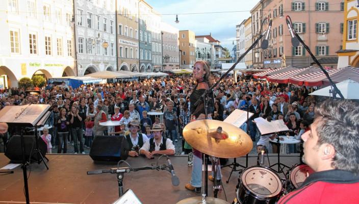 Beste Stimmung ist wieder garantiert, wenn die Bands auf der Bühne am Max-Josefs-Platz aufspielen. Fotos: Schlecker/re