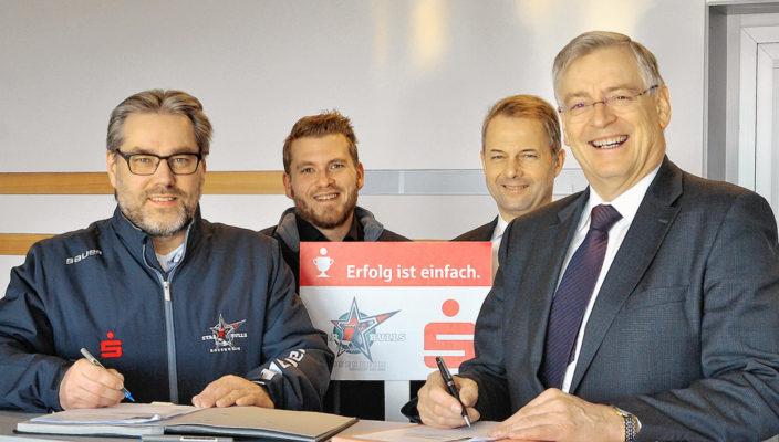 Ein vertrauensvolles Verhältnis (von links): Hans-Peter Schwarzfischer (Vorstand Starbulls), Daniel Malguth (Sponsoring Starbulls), Karl Göpfert (Vorstand Sparkasse), Alfons Maierthaler (Vorstandsvorsitzender Sparkasse).