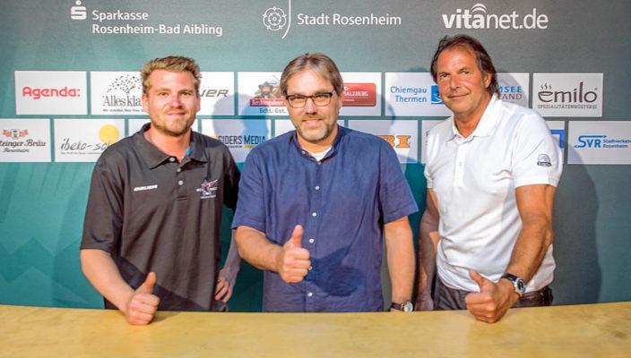 Vorstand Peter Schwarzfischer (Mitte) begrüßt die Neuzugänge Daniel Malguth (links) und Robert Aberger.