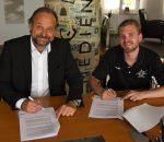 Oliver Döser, Geschäftsführer und Verleger OVB-Medienhaus (links) und Daniel Malguth, Leiter Sponsoring Starbulls Rosenheim bei der Unterzeichnung des Vertrages.