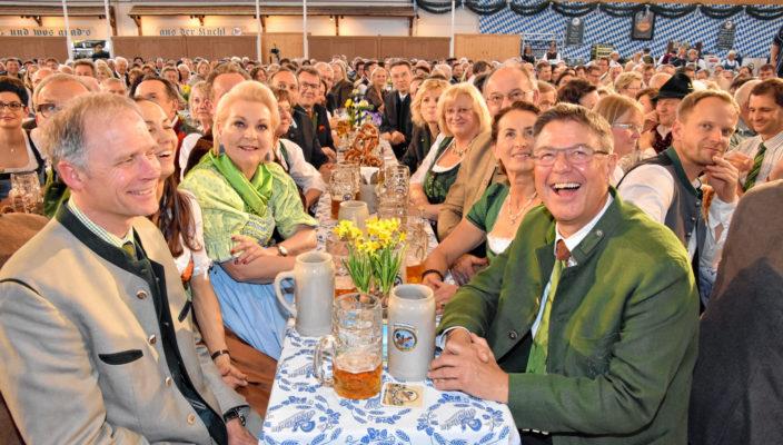 """Ein vergnügtes Publikum fand """"Märchenonkel"""" Peter Kirmair in der vollen Inntalhalle vor. Fotos: Schlecker"""