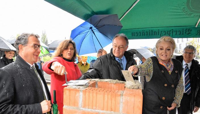 Von links: Klaus Stöttner, Ilse Aigner, Wolfgang Berthaler, Gabriele Bauer und Stefan Ludwig legen letzte Hand an den Grundstein.