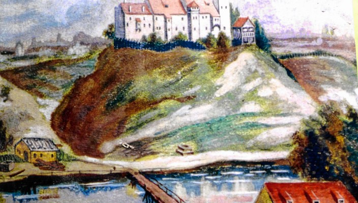 Die Schloßbergkuppe gilt als der historisch bedeutendste Platz Stephanskirchens. Hier stand ab Anfang des 13. Jahrhunderts bis zirka 1750 das Schloss Rosenheim. Über ein halbes Jahrtausend war es der Verwaltungs- und Gerichtssitz der Region. Demgegenüber gab es Anfang der 80er-Jahre eine große Aufregung um die Schloßbergkuppe, weil zu diesem Zeitpunkt für den historischen Ort eine massive Wohnbebauung angedacht war. Es gründete sich daher eine Bürgerinitiative mit dem Ziel, die Bebauung zu verhindern. Im November eröffnete zu diesen Themen der Theologe Prof. Dr. Georg Kraus in Zusammenarbeit mit Heimatpfleger Karl Mair eine interessante Ausstellung im Rathausfoyer. Über 100 Besucher aus der Bevölkerung waren gekommen, um den spannenden Ausführungen der beiden Redner zu lauschen.