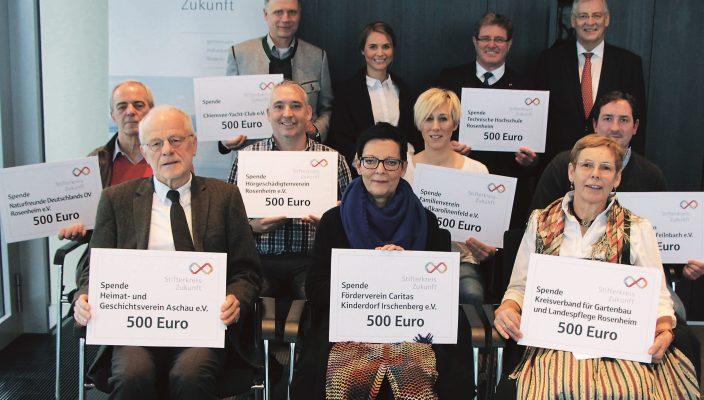 Überreichten die jeweils 500 Euro: Alfons Maierthaler, Vorstandsvorsitzender des Stifterkreises Zukunft (hinten rechts), und Alexa Hubert, geschäftsführendes Vorstandsmitglied des Stifterkreises Zukunft (hinten, Zweite von links) an zwölf gemeinnützige Organisationen in der Region. Foto: Stifterkreis Zukunft.