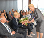 Gabriele Bauer, Rosenheims Oberbürgermeisterin und Stiftungsvorstand, überreicht Blumen an Ehefrau sowie an die Tochter des Stifters Dr. Michael Stöcker, der im Jahr 2013 verstorben ist. Links daneben sitzt Diethard Schinzel, Vorsitzender des Stiftungsrates. Foto: Schlecker