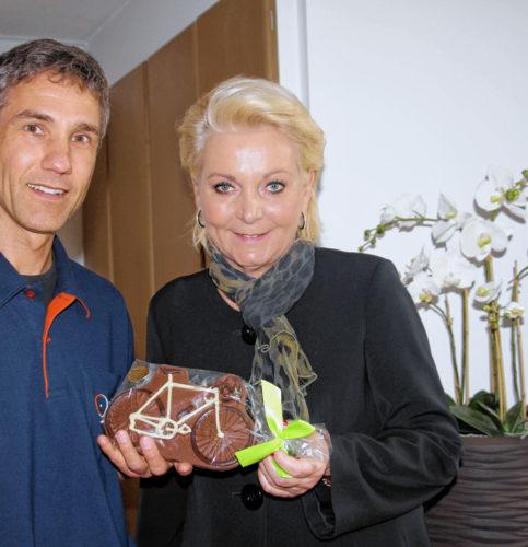 Mario Stürzl brachte Oberbürgermeisterin Gabriele Bauer ein Fahrrad aus Schokolade mit. Foto: re