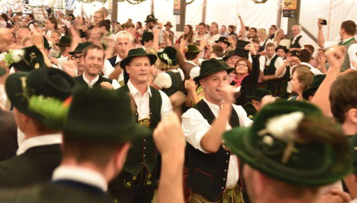 Jedes Jahr ist das gemeinsame Platteln im Flötzinger-Zelt einer der zahlreichen Höhepunkte beim Herbstfest.
