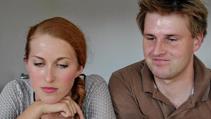 """Sarah Fischbacher und Daniel Burton spielen das zunächst virtuelle Liebespaar aus den Romanen """"Gut gegen Nordwind"""" und """"Alle sieben Wellen"""". Foto: fkn"""