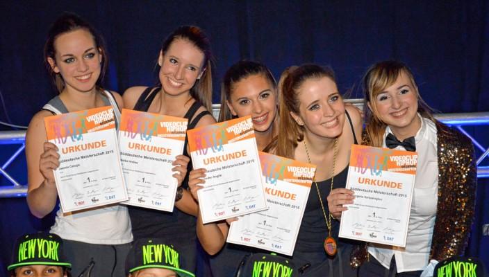 Strahlende Siegerinnen in der Kleingruppe B5: Jasmin Cehajic, Maike Hrdina, Jennifer Angile, Elisabeth Hoffmann und Evangelia Sariparoglou.