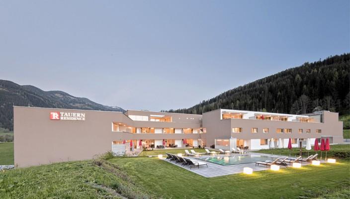 """Das Golf- & Skiresort Tauernresidence in Radstadt/Österreich ist ideal für einen Familienurlaub: Hier finden Sie Design-Appartements mit Hotelservice direkt am Golfplatz mit Aussicht auf die Salzburger Bergwelt. Der Sommer heißt """"Tauernresidence""""."""
