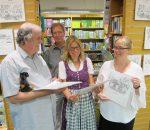 Blick in den Kalender (von links): Hanns Thäle, Dr. Willi Messing, Steffi Wild und Sylvia Weber. Foto: Heuser