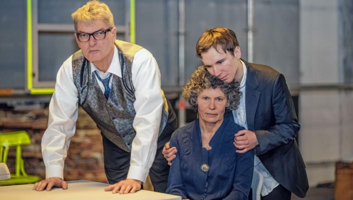 Das Ensemble der Theaterinsel: Günter Hendrich als Willy Loman, Gabriele Schmidt als Linda Loman und Bernhardt Burgstaller als Biff Loman.