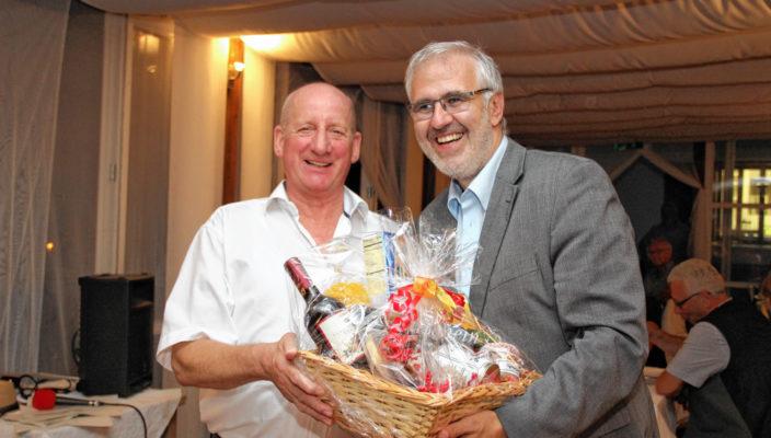 Peter Lenz, Geschäftsführer der RoMed Kliniken (rechts) verabschiedete den langjährigen Pflegedirektor Peter Tischer (links) in den wohlverdienten Ruhestand.