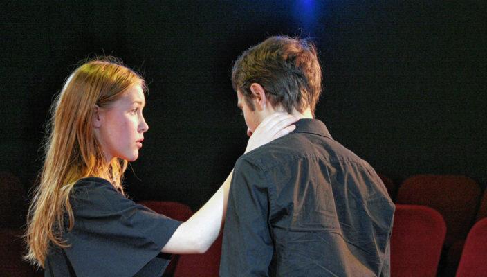 """Die Nachwuchsschauspieler in der Theaterinsel Rosenheim haben sich des ewigen Themas """"Liebe und Beziehung"""" angenommen. Foto: Marinus Kreidt"""