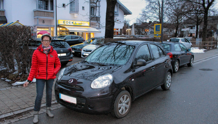 Alma Ulber vor dem Frischemarkt. Das Auto gleich neben ihr ist korrekt neben dem Gehsteig geparkt, auch wenn die Durchfahrt erschwert wird. Das Auto dahinter hingegen, halb auf dem Gehsteig, müsste mit einem Strafzettel rechnen.