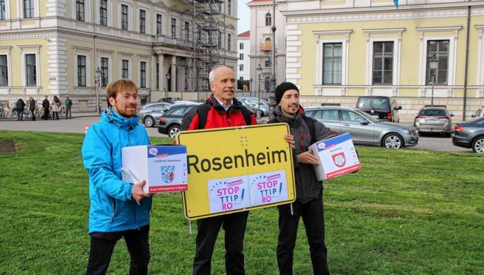 Karl Bär, Steffen Storandt und Christian Oberthür übergaben die Unterschriften. Foto: re