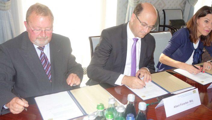 Vertragsunterzeichnung in München (von links): stellvertretender Landrat Josef Huber, Finanzminister Albert Füracker und Staatsministerin Professor Dr. Marion Kiechle. Foto: hö