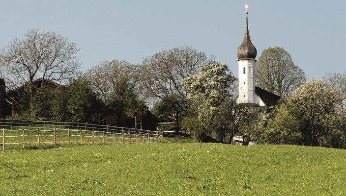 Idyllisch gelegen: Das romanische Kirchlein Sankt Jakobus.