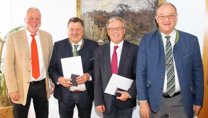 Ehrung für zwei verdiente Bürger (von links): Werner Gartner, die geehrten Josef Baumann und Michael Kölbl mit Landrat Wolfgang Berthaler.