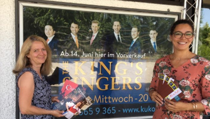Die KU'KO-Mitarbeiter am Ticketverkauf, Helga Müller und Regina Bien, freuen sich über das umfangreiche kulturelle Angebot im KU'KO.