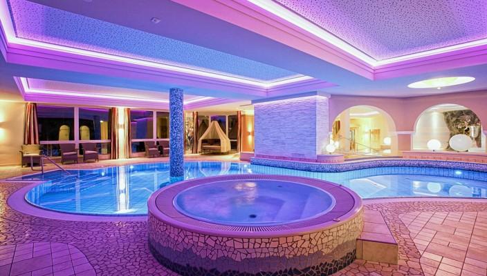 Im 4-Sterne Superior Verwöhnhotel Panorama erwartet den Gast exquisite Kulinarik und Wellness der Luxusklasse.