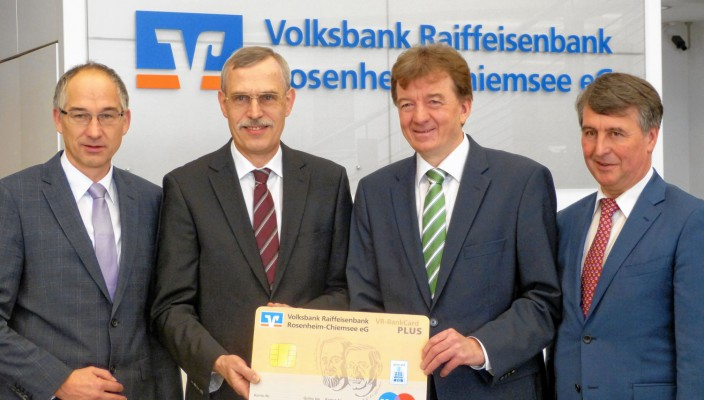 Der Vorstand der Volksbank Raiffeisenbank Rosenheim-Chiemsee eG freut sich mit der VR BankCard PLUS über goldene Zeiten für die Mitglieder (von links): Dr. Walter Müller, Konrad Irtel (Sprecher), Hubert Kamml (Sprecher) und Walter Geser.