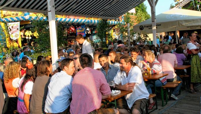 Der Biergarten auf dem Volksfest lädt zum gemütlichen Treffen und gemeinsamen Genießen ein.