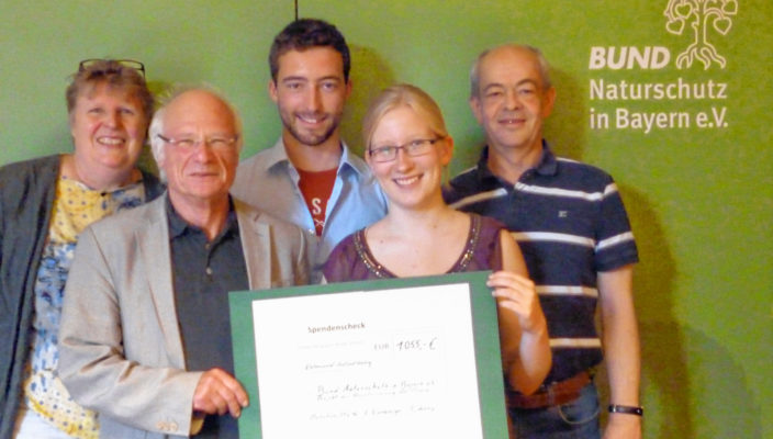 Scheckübergabe (von links): Ursula Fees, Peter Kasperczyk (Bund Naturschutz), Flori Asang, Eva Eixenberger (Organisatorin des Hogascht), Kurt Schmid (Regionalreferent für Oberbayern des Bund Naturschutz).