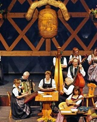 Geselliges Beisammensein bei traditioneller Musik.