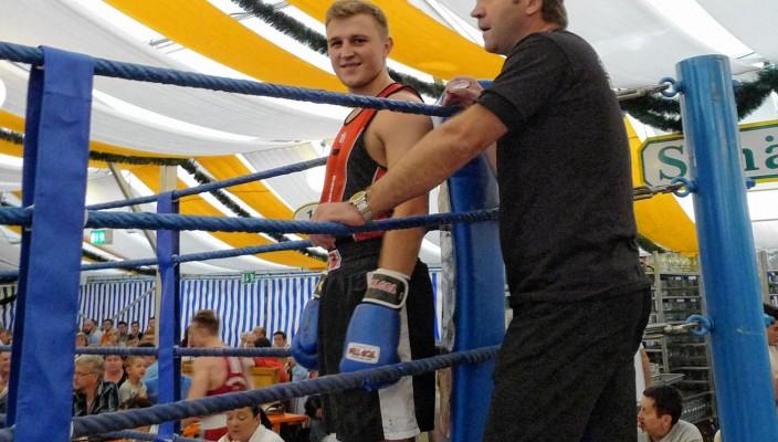 Boxen gehört zur Wiesn dazu: Hier beim Kampf in der Inntalhalle Dominik Golda (links) und Adam Donajski.