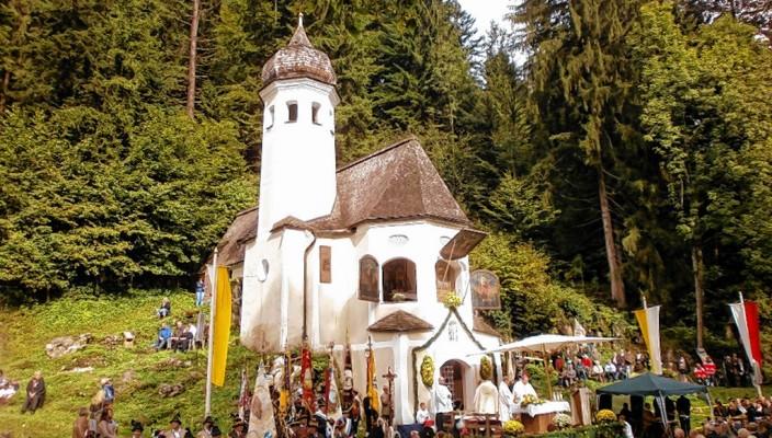 Blick auf die schöne Kapelle in Sachrang. Foto: hö