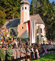 Ein imposantes Bild: Die Gläubigen vor der malerischen Ölbergkapelle.