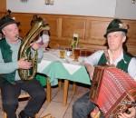 Anderl Kiermeier (links) und Sepp Kriechbaumer beim Musizieren nach althergebrachter Art.
