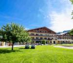 """Umfangreich, vielseitig und sehr aktiv lässt sich die Angebotspalette vom Vier-Sterne-Superior-Hotel """"Gut Weissenhof"""" (www.weissenhof.at) in der historischen Kleinstadt Radstadt beschreiben. Die perfekte Lage direkt am 18-Loch-Golfplatz, ermäßigte Greenfee-Preise sowie die neue Indoor-Golfanlage sind Garant für einen perfekten Urlaub. Die Hotelanlage ist Ausgangspunkt für sieben weitere Golfplätze im Umkreis von nur wenigen Kilometern, die im Rahmen der Golf-Alpin-Card angeboten werden. echo verlost einen Aufenthalt für zwei Personen und zwei Übernachtungen inklusive Halbpension im exklusiven ****Superior Gut Weissenhof."""