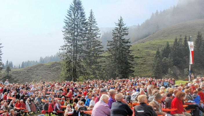Auf die Besucher wartet neben schöner Musik auch eine deftige Brotzeit und das süffige Bier von Auerbräu.