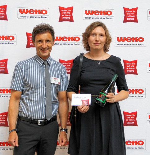 Gerhard Weiß (WEKO-Geschäftsleitung) und die Gewinnerin Rebekka Blaschke.
