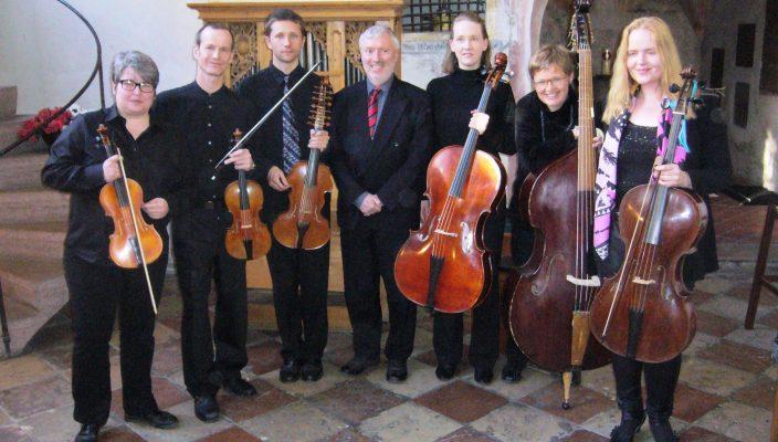 Simon Steinkühler (Dritter von links) zusammen mit dem Ensemble, das die Reihe der Kirchenkonzerte in Westerndorf zum 350. Jubiläum der Rundkirche einläutet. Foto: aez