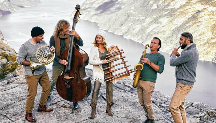 Das Wikinger-Ensemble um den Rosenheimer Saxofonisten Mulo Francel auf dem Preikestolen in Norwegen. Foto: Mike Meyer