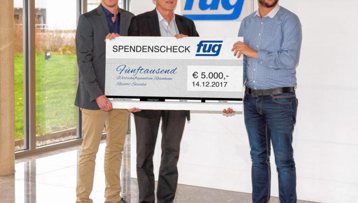 Von links bei der Spendenübergabe: Marc F. Simon, Wirtschaftsjunioren Rosenheim, Dr. Hartmut Simon, Geschäftsführer FuG Elektronik GmbH, Andreas Altmaier, Wirtschaftsjunioren Rosenheim.