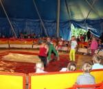 Artistikunterricht für die Grundschüler in Stephanskirchen, das pädagogisch geschulte Zirkuspersonal ist immer mit dabei. Foto: nu