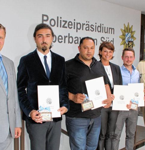 Kriminaldirektor Bernd Hackl (links) und Polizeipräsident Robert Kopp (rechts) mit vier der Geehrten. Zwei Personen waren zum Termin leider verhindert.