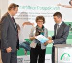 Staatssekretär Stefan Müller, Standortleitung bfz Rosenheim Dorothea Frank und Prof. Günter Goth, Vorstandsvorsitzender Bildungswerk der Bayerischen Wirtschaft (bbw) e.V. bei der Übergabe des Zuwendungsbescheides (von rechts)
