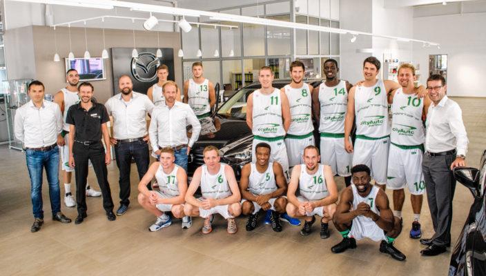 Die Basketballer zu Besuch bei Auto Eder Kolbermoor. Foto: re